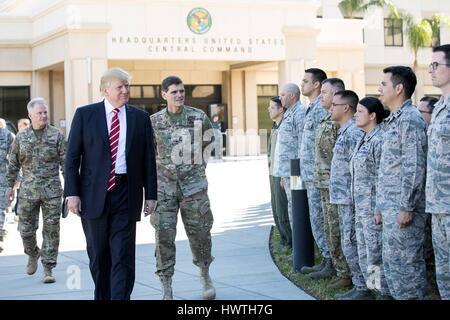 US-Präsident Donald Trump geht mit CENTCOM Kommandierender General Joseph Votel, Recht, als er die Truppen bei einem - Stockfoto