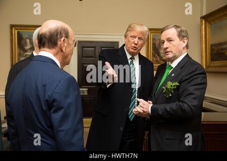US-Präsident Donald Trump stellt der irischen Taoiseach Enda Kenny Wilbur Ross, US Minister fuer Handel, in der - Stockfoto