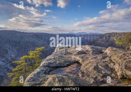 Blauer Himmel krönen die New River Gorge von West Virginia von den Aussichtspunkt von langer Punkt an einem späten - Stockfoto