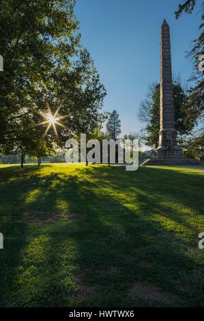 Sunburst und die Schlacht-Denkmal befindet sich am Tu-Endie-Wei Park in Punkt Pleasant, West Virginia. - Stockfoto
