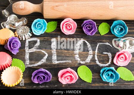 Das Wort Blog geschrieben in Kreide, mit Zubehör für Kuchen. - Stockfoto