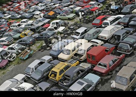 Auto Recycling Schrottplatz mit vielen zerquetscht alte Autos - Stockfoto