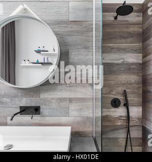 Modernes Bad Mit Dusche, Spiegel Und Fliesen Holzoptik   Stockfoto