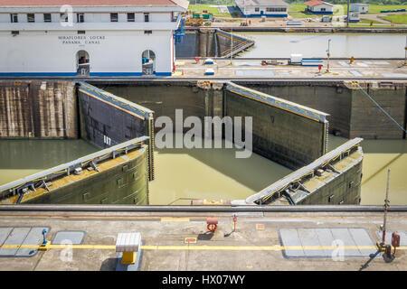 Öffnen Tore in Miraflores Schleuse - Eintritt zu den Panama-Kanal - Panama-Stadt, Panama - Stockfoto