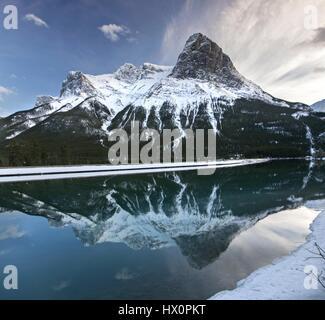 Snowy Rocky Mountain Tops und Sonnenuntergang Landschaft Reflexionen über der Stadt in der Nähe von Canmore Banff - Stockfoto