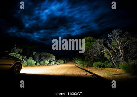 Gewitterwolken im Outback, Schotterstraße am Kreuz des Südens, Western Australia, Australien - Stockfoto