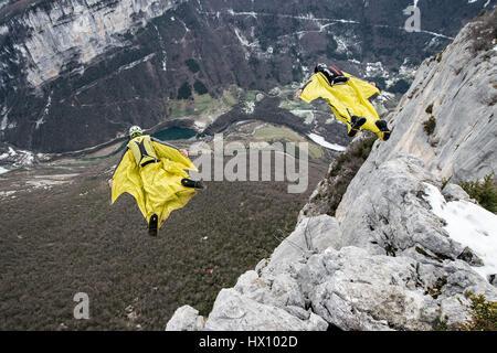 Basejumping in den Bergen - Stockfoto