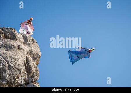 Basejumping in den Bergen: Wingsuit - Stockfoto