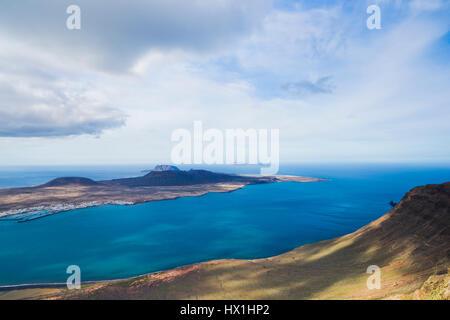 Kanarische Insel - Blick vom Mirador del Rio auf die Insel Graciosa, Lanzarote - Stockfoto