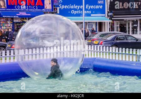 Ein junge Spaß in ein Zorb-Ball auf einer Messe auf Shepherds Bush Green in London - Stockfoto