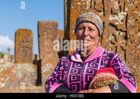 Armenische Frau in den historischen Friedhof von Noraduz in Armenien. - Stockfoto