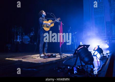 Edinburgh, UK. 24. März 2017. Jack Savoretti führt auf der Bühne in Usher Hall in Edinburgh, UK. Roberto Ricciuti/Alamy - Stockfoto