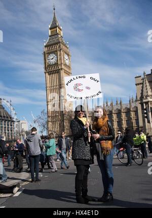 London, UK. 25. März 2017. Demonstranten versammeln sich in Glücksspielmarkts Platz nach einem Marsch durch London, - Stockfoto