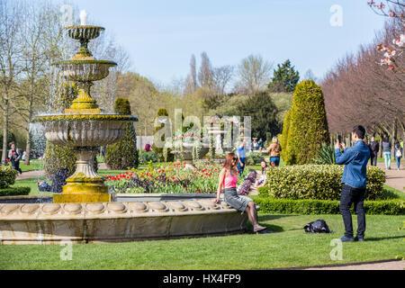 Das Regents Park, London, badet im warmen Sonnenschein, bringen Londonern und Touristen selfies mit ihren Smartphones, - Stockfoto