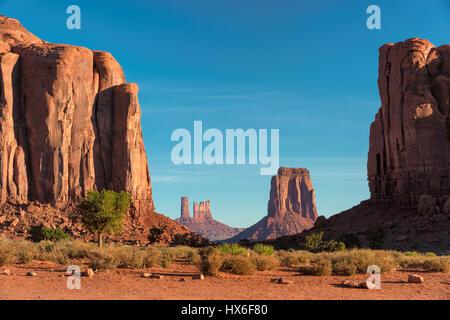 Wunderschönen Sonnenaufgang im Monument Valley in Arizona. - Stockfoto