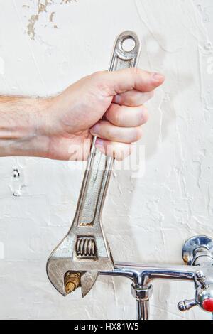 Zwei Griff Kche Wasserhahn Reparieren Closeup Klempner Hnde Wasserhahn  Ventil Mit Klempner With Kche Reparieren.