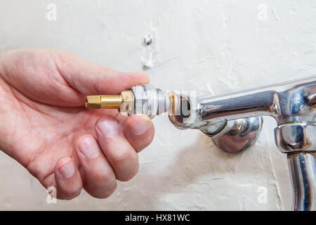 Klempner Reparatur Wasserhahn Unter Der Sple Nahaufnahme Der Hnde Die  Klempner Ist Ist Ein Wasserhahn Wasserhahn Zwei Griff With Kche Reparieren.
