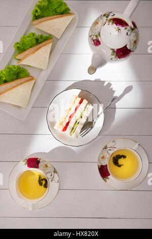 Am Nachmittag Teetisch. Tee-Set mit sandwiches - Stockfoto