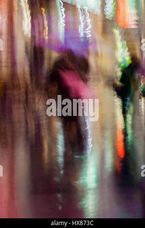 Abstrakten Hintergrund des Paares küssen junge Menschen unter Dach, regnerischen Abend, Impressionismus, bunten - Stockfoto