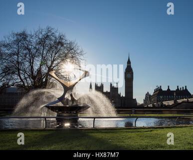 Drehenden Torsion Brunnen vor St. Thomas Hospital, London, UK mit den Houses of Parliament im Hintergrund - Stockfoto