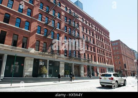 Greenwich Street in Tribeca, ein ehemals kommerziellen Viertel, jetzt Wohn-, an einem sonnigen Tag im zeitigen Frühjahr. - Stockfoto