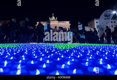 """Berlin, Deutschland. 25. März 2017. Eine Kugel von LED-Leuchten Leuchten für den internationalen """"Earth Hour"""" in - Stockfoto"""