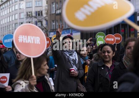 Berlin, Deutschland. 25. März 2017. Gegner von RECEP TAYYIP ERDOGAN, Präsident der Türkei, mit Schildern mit der - Stockfoto