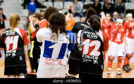 Gijón, Spanien. 25. März 2017. Gijon HC-Spieler feiern den Sieg ihrer Mannschaft während der Eisbahn Hockey-Match - Stockfoto