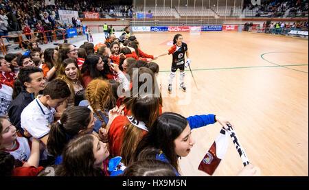 Gijón, Spanien. 25. März 2017. Gijon HC-Spieler feiern den Sieg ihrer Mannschaft mit Fans der Mannschaft während - Stockfoto
