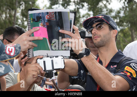 Melbourne, Australien. 26. März 2017. Red Bull Racing Formel1 Fahrer Daniel Ricciardo Australien Zeichen Autogramme - Stockfoto