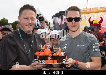 Melbourne, Australien. 26. März 2017. McLaren-Honda Formel1-Fahrer Stoffel Vandoorne(R) von Belgien erhält einen - Stockfoto