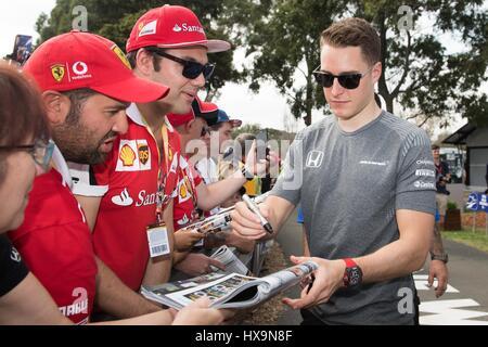 Melbourne, Australien. 26. März 2017. McLaren-Honda Formel1-Fahrer Stoffel Vandoorne gibt Autogramme, als er bei - Stockfoto