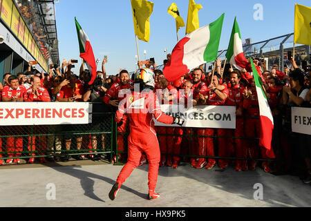 Albert Park, Melbourne, Australien. 26. März 2017. Sebastian Vettel (DEU) #5 von der Scuderia Ferrari Team feiert - Stockfoto
