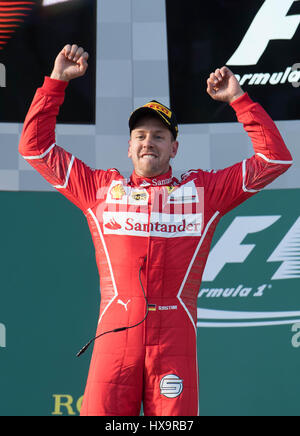 Melbourne, Australien. 26. März 2017. Scuderia Ferrari deutschen Fahrer Sebastian Vettel feiert während der Preisverleihung - Stockfoto