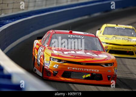 Fontana, Kalifornien, USA. 25. März 2017. 25. März 2017 - Fontana, Kalifornien, USA: Kyle Larson (42) Schlachten für Position während der NASCAR Xfinity Serie NXS 300 auf Auto Club Speedway in Fontana, Kalifornien. Bildnachweis: Justin R. Noe Asp Inc/ASP/ZUMA Draht/Alamy Live-Nachrichten