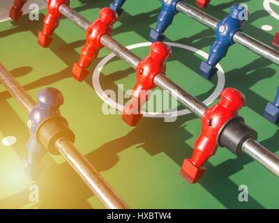 Tisch-Fußballspiel mit roten und blauen Spieler Team im Tischfußball oder Fußballspiel Kicker, - Stockfoto