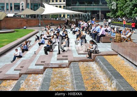 London Frauen Männer weibliche und männliche Büro Arbeiter Arbeiter uk Mittagspause Entspannung im Sonnenschein - Stockfoto