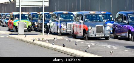 London Taxi-Stapeln-Warteschlange am Paddington Bahnhof Station UK Fahrer & schwarzen Taxis Taxis warten um voranzukommen, beobachtet von Taube Passagiere zu trainieren