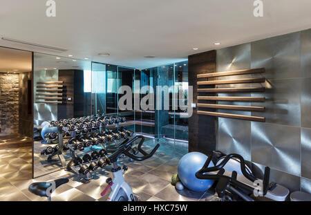 GroBartig ... Fitnessraum Mit Geräten In Modernem Luxus Nach Hause  Designer Einrichtung   Stockfoto