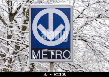 Montreal, Kanada - 25. März 2017: Montreal STM U-Bahn blaue Zeichen während eines Schneesturms - Stockfoto