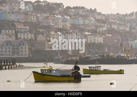 Brixham, Devon, UK. 27. März 2017. Großbritannien Wetter. Boote vertäut im Hafen an einem warmen dunstigen Sonnentag - Stockfoto