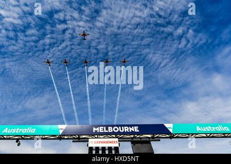 Albert Park, Melbourne, Australien. 26. März 2017. Kunstflug Flugzeuge fliegen über die gerade bei der 2017 Australian - Stockfoto