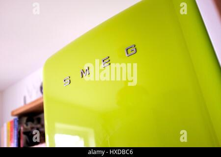 Smeg Kühlschrank Zu Kalt : Leuchtend grüne smeg kühlschrank mit gefrierfach in der küche
