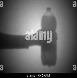 Silhouette hinter einem Transparentpapier - unscharf - Flasche soda - Stockfoto