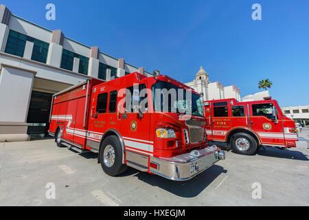 Feuerwehr mit roten LKW nahe Rathaus Beverly Hills, Los Angeles, Kalifornien - Stockfoto