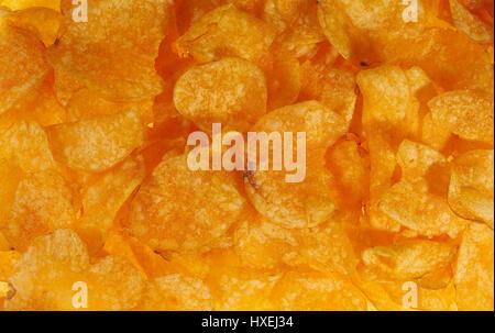 Full-Frame-Hintergrund von Kartoffel-Chips, die von oben gesehen - Stockfoto