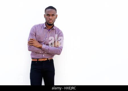 Porträt der jungen afrikanischen Mann mit seinen Armen gekreuzt stehend vor weißem Hintergrund - Stockfoto