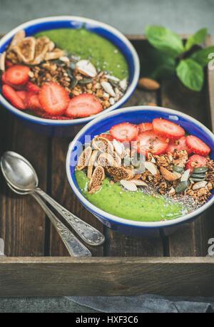 Gesundes Frühstück, Schalen grüner Smoothie mit Müsli, Obst, Samen - Stockfoto