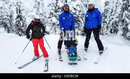 """Bei mäßiger Schneefall, die die Landschaft speckles, ist Archie, 11, in einem """"Sit-Ski"""" für Gelähmte Skifahrer mit - Stockfoto"""