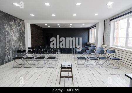 Moderne Hochschulgruppe Studienraum Mit Weißen Schreibtisch Und Stühle    Stockfoto